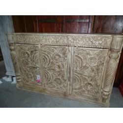 Fully carved sideboard with 3 doors and a clear patina